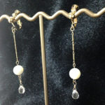マザーオブパール × しずく型水晶のイヤリング